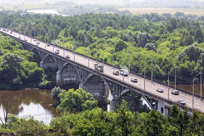 Ponte da pedra do arco de Rriver com muitos carros moventes foto de stock