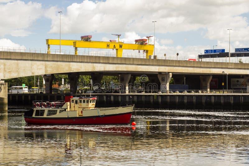 A ponte da rainha Elizabeth 2 sobre o rio Lagan no cais de Donegall no porto em Belfast Irlanda do Norte imagem de stock royalty free