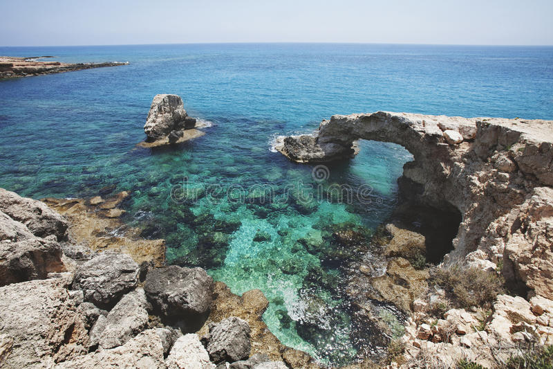 Ponte da rocha do amor Cabo do greco de Cavo chipre Lan do mar Mediterrâneo imagem de stock