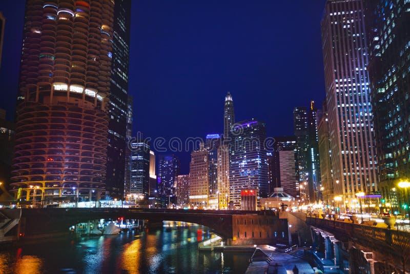 Ponte da rua de Dearborn sobre Chicago River na noite fotografia de stock royalty free