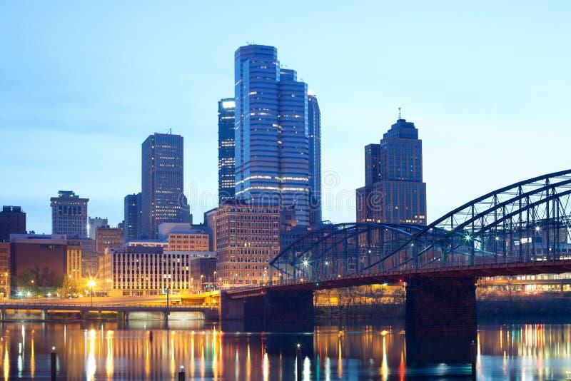 Ponte da rua de Smithfield sobre o rio de Monongahela e a skyline do centro de Pittsburgh imagens de stock