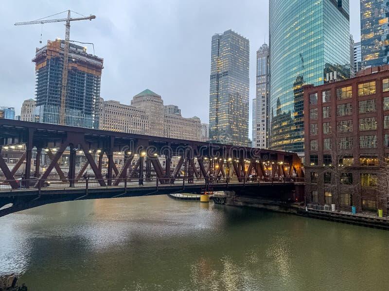 Ponte da rua do lago sobre o Chicago River em um dia obscuro foto de stock royalty free