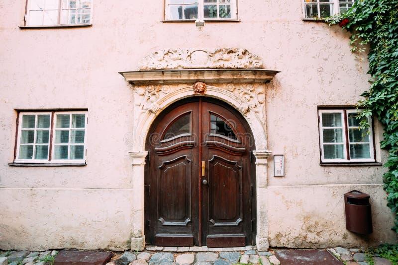 A ponte da saia Porta de madeira do portal decorada moldando na fachada imagens de stock