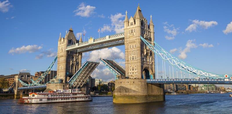 Ponte da torre aberta sobre o rio Tamisa imagem de stock royalty free
