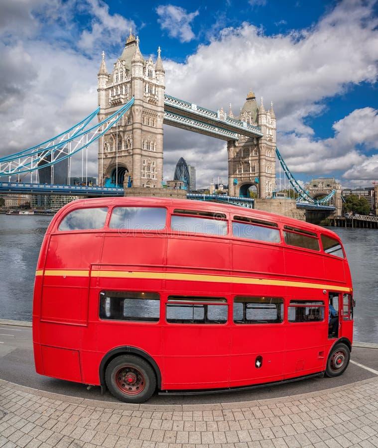 Ponte da torre com o ônibus do ônibus de dois andares em Londres, Inglaterra, Reino Unido fotos de stock