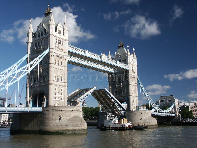 Ponte da torre com o navio que passa completamente imagens de stock