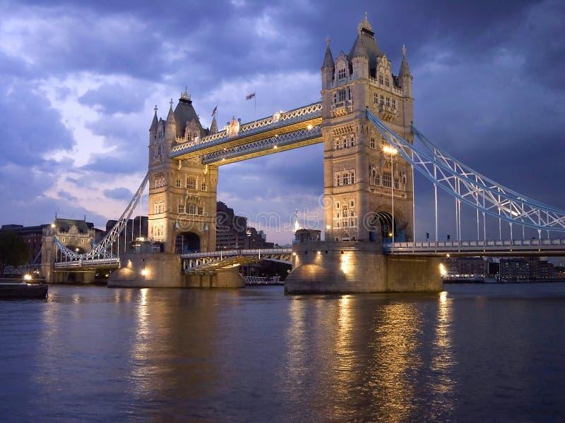 Ponte da torre de Londres em a noite imagem de stock royalty free