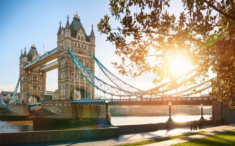 A ponte da torre de Londres no nascer do sol fotos de stock