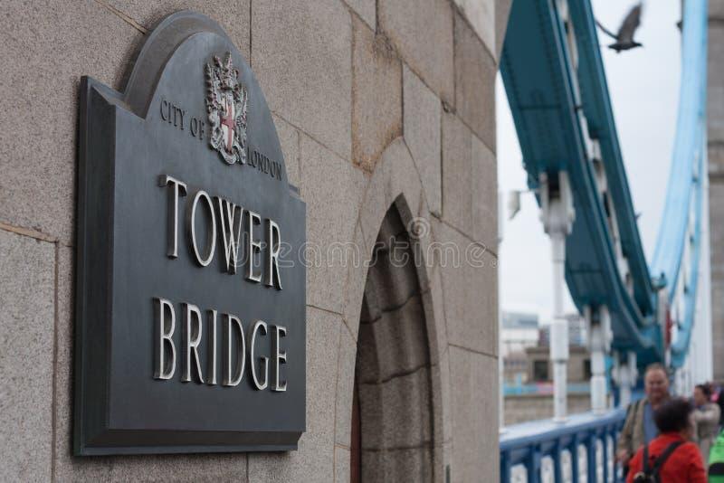 Ponte da torre do sinal de rua na parede na cidade de Londres imagens de stock