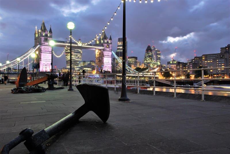Ponte da torre e a âncora em Londres fotos de stock
