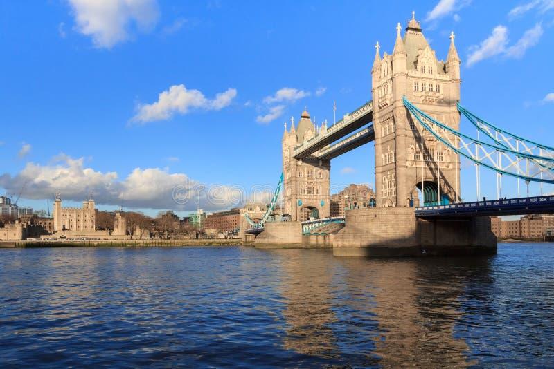 Ponte da torre e a torre de Londres branca, Reino Unido foto de stock