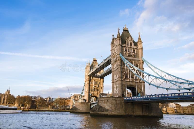 A ponte da torre em Londres na luz morna do por do sol fotos de stock