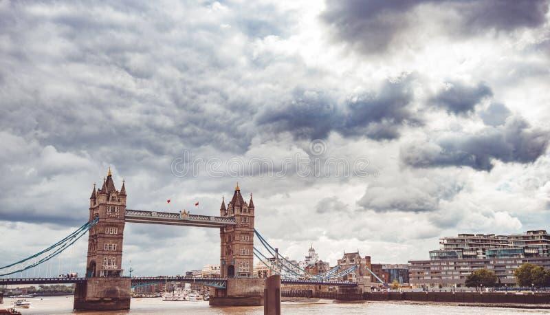 Ponte da torre em Londres no crep?sculo fotos de stock royalty free