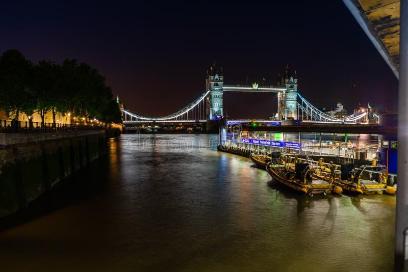 Ponte da torre na noite em Londres, Inglaterra, Reino Unido fotografia de stock