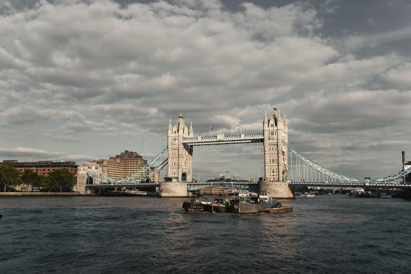 Ponte da torre no rio Tamisa com um olhar da fotografia do vintage - Londres, Reino Unido - em setembro de 2013 foto de stock royalty free
