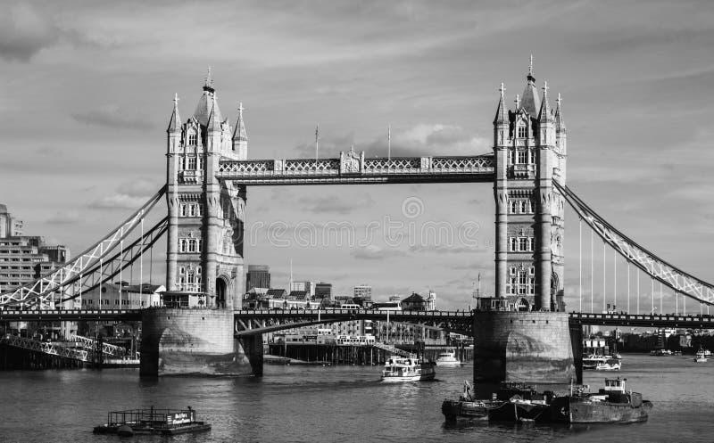 A ponte da torre preto e branco imagem de stock royalty free