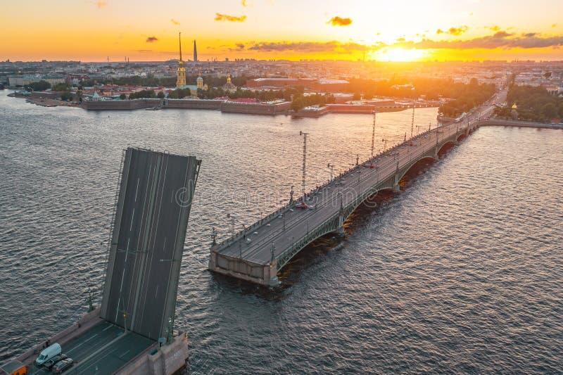 Ponte da trindade com um estado divorciado Nivelando a opinião aérea o Peter e o Paul Fortress no por do sol fotografia de stock