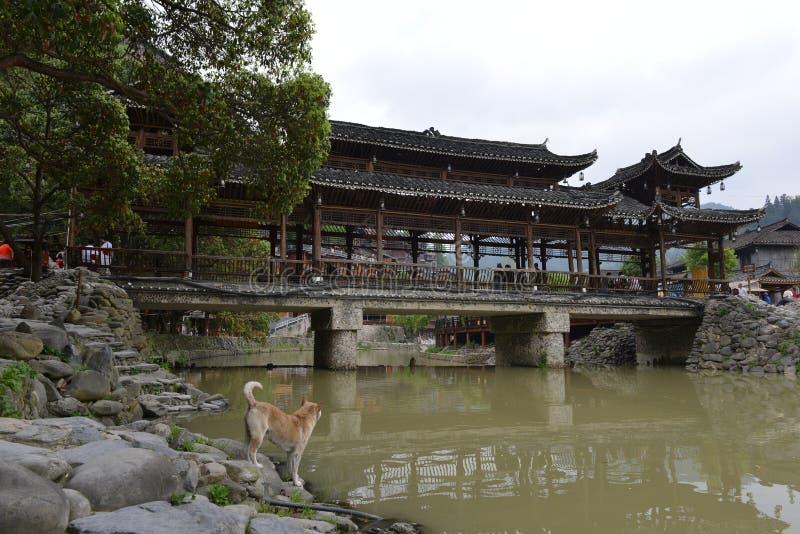 A ponte da Vento-chuva da ponte de Fengyu em Xijiang Qianhu Miao Village imagens de stock