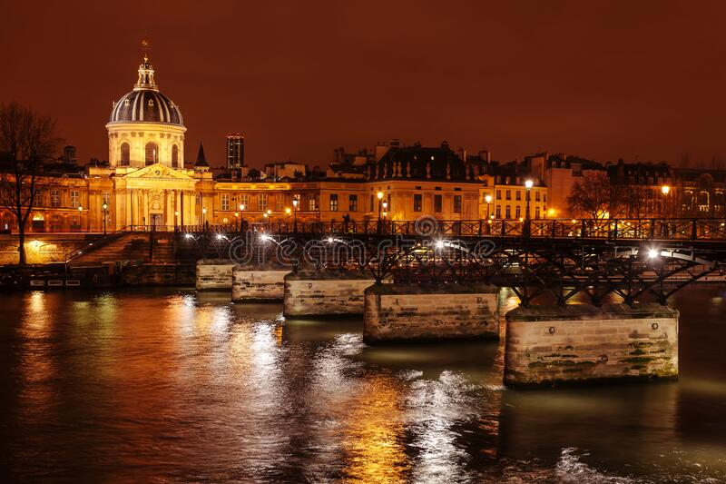 Ponte das Artes e Instituto de França à noite imagens de stock royalty free