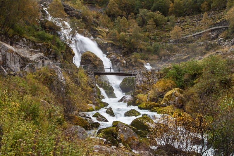 Ponte davanti alla cascata di Kleivafossen immagine stock