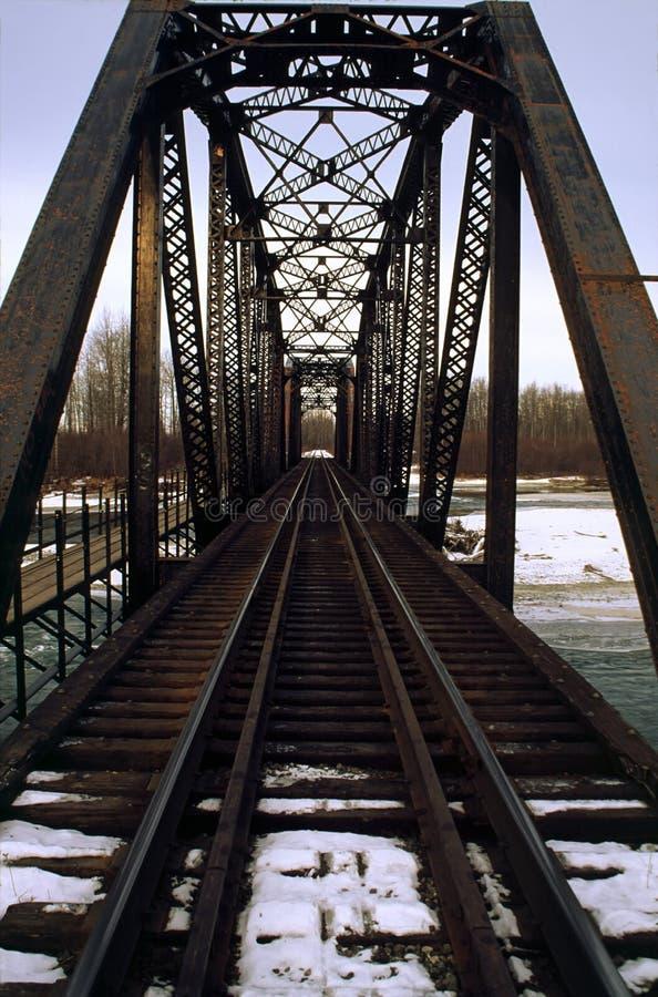 Ponte de aço da estrada de ferro na neve imagem de stock royalty free