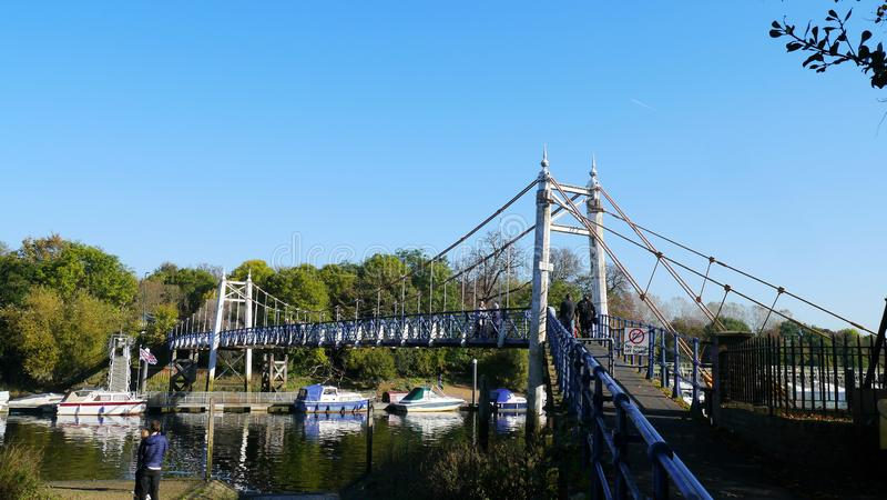 Ponte de aço da suspensão de Teddington sobre o rio Tamisa fotos de stock royalty free