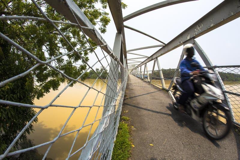 Ponte de aço do ferro através do rio de Kerian em Nibong Tebal Penang Malásia fotos de stock royalty free