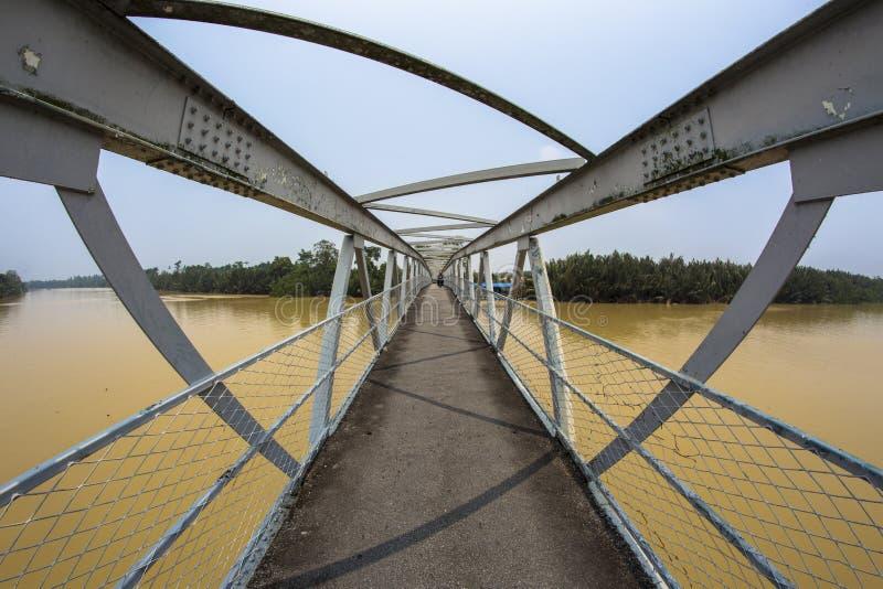 Ponte de aço do ferro através do rio de Kerian em Nibong Tebal Penang Malásia fotografia de stock royalty free