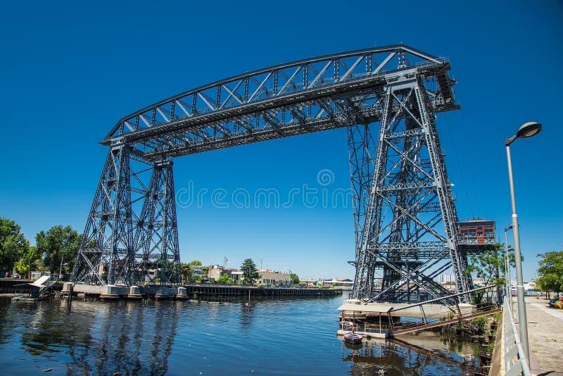 Ponte de aço velha de Nicolas Avellaneda através do rio de Matanza no La Boca, Bueno Aires argentina imagem de stock