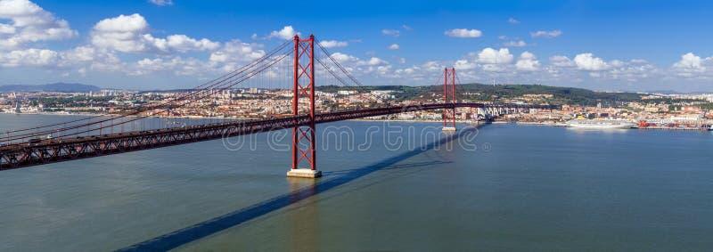 Ponte 25 de Abril Bridge在里斯本,葡萄牙 连接横渡塔霍河的市里斯本和Almada 库存图片