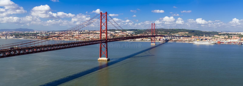 Ponte 25 DE Abril Bridge in Lissabon, Portugal Verbindt de steden die van Lissabon en Almada de Tagus-Rivier kruisen stock afbeelding