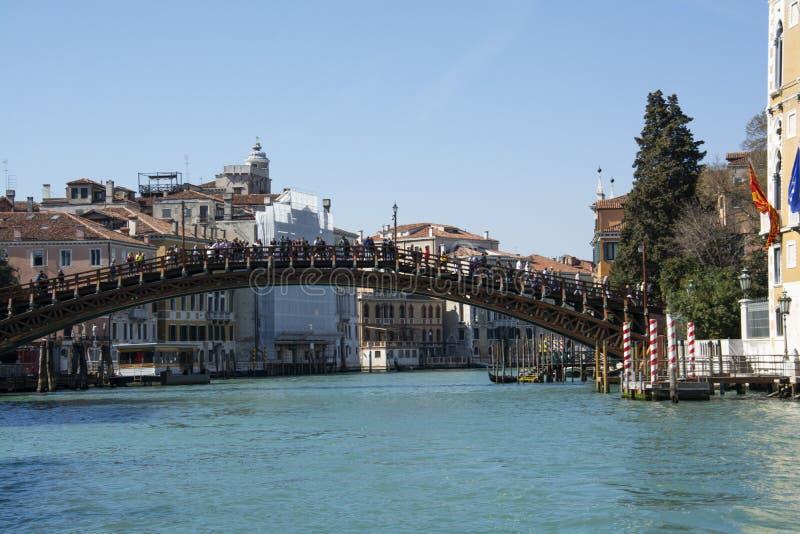 Ponte de Accademia que mede Grand Canal Veneza foto de stock