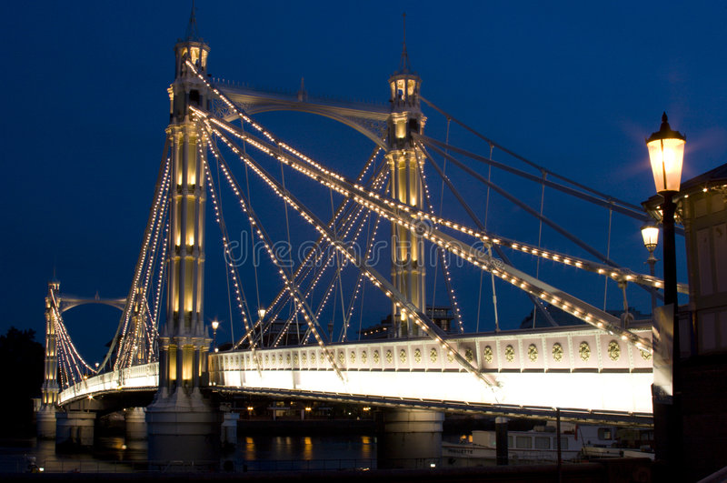 A ponte de albert na noite em Londres. fotos de stock