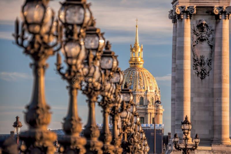 Ponte de Alexandre III com o Invalides em Paris, França imagens de stock