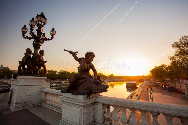 Ponte de Alexandre III contra o por do sol em Paris, França fotografia de stock
