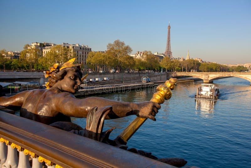 Ponte de Alexandre III contra a torre Eiffel em Paris, França fotografia de stock