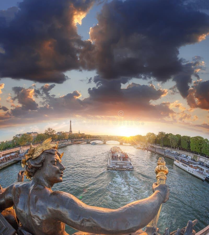 Ponte de Alexandre III em Paris contra a torre Eiffel com o barco em Seine, França imagens de stock royalty free