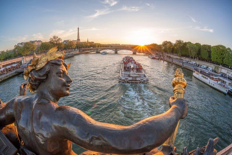 Ponte de Alexandre III em Paris contra a torre Eiffel com o barco em Seine, França foto de stock