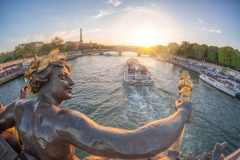 Ponte de Alexandre III em Paris contra a torre Eiffel com o barco em Seine, França fotografia de stock royalty free
