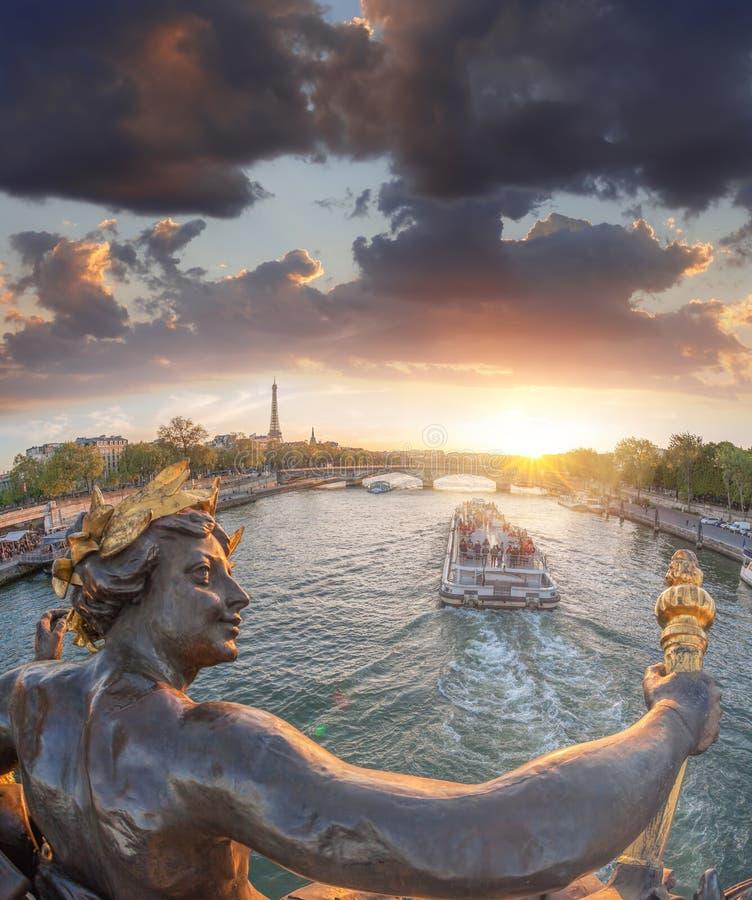 Ponte de Alexandre III em Paris contra a torre Eiffel com o barco em Seine, França fotografia de stock