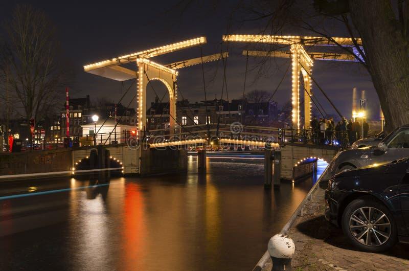 Ponte de Amsterdão na noite imagens de stock royalty free