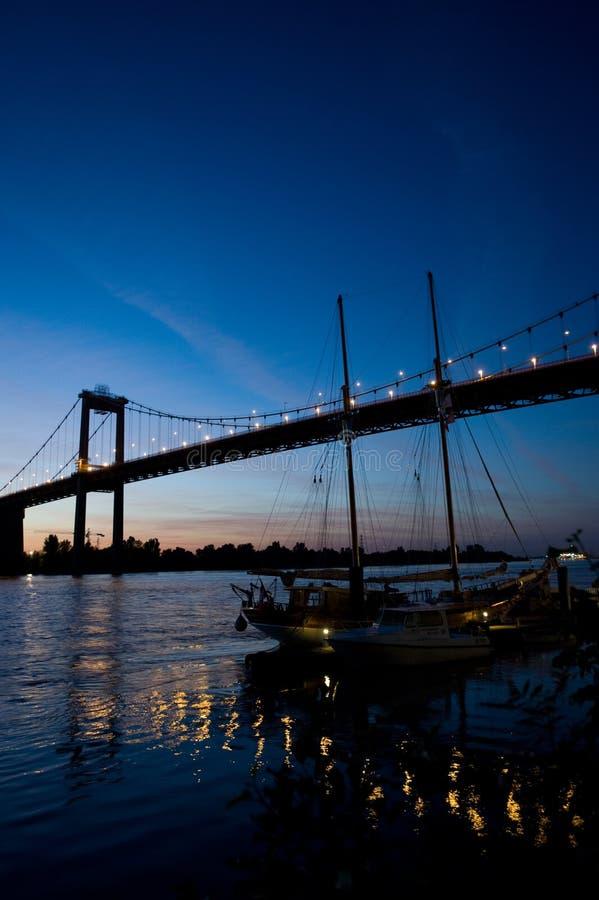Ponte de Aquitaine pelo Bordéus da noite foto de stock royalty free