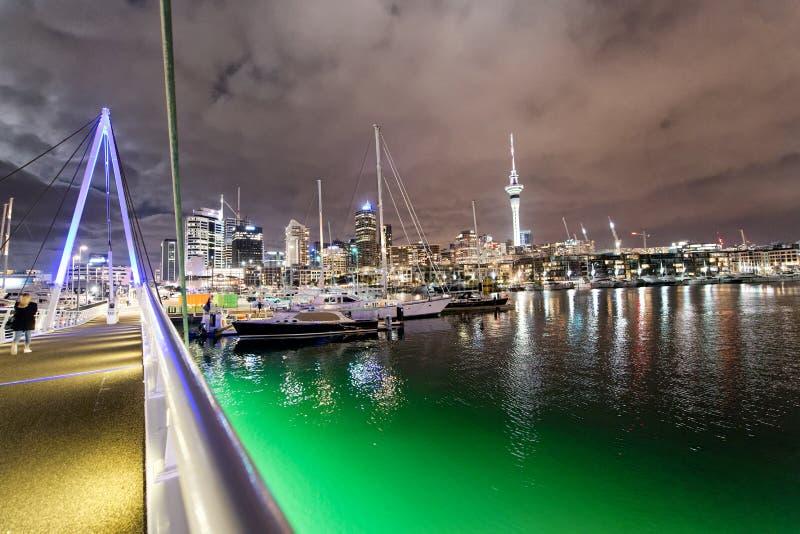 Ponte de Auckland e arquitetura da cidade na noite, Nova Zelândia imagem de stock