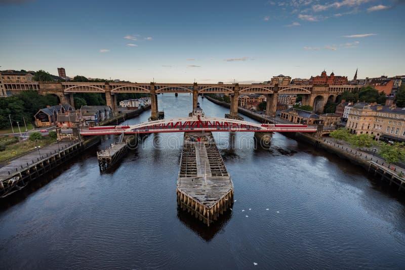 Ponte de balanço em Newcastle em cima de Tyne Reino Unido imagem de stock