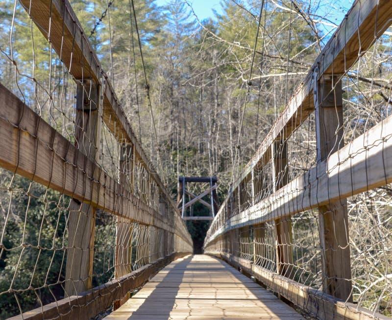 Ponte de balanço sobre o rio de Taccoa, Geórgia imagem de stock