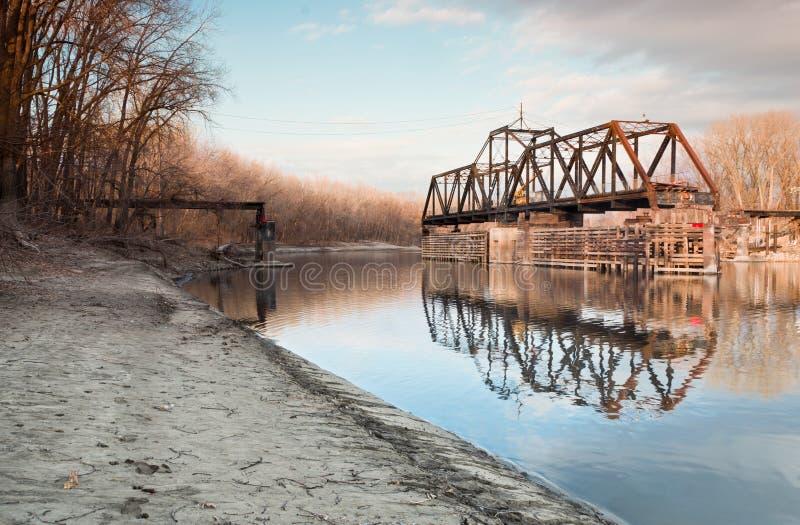 Ponte de balanço velha do trem foto de stock