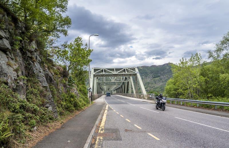 Ponte de Ballachulish em Lochaber, montanhas escocesas fotos de stock