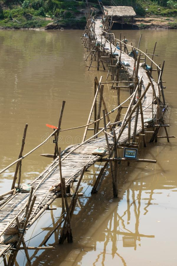 Ponte de bambu em Luang Prabang fotografia de stock royalty free