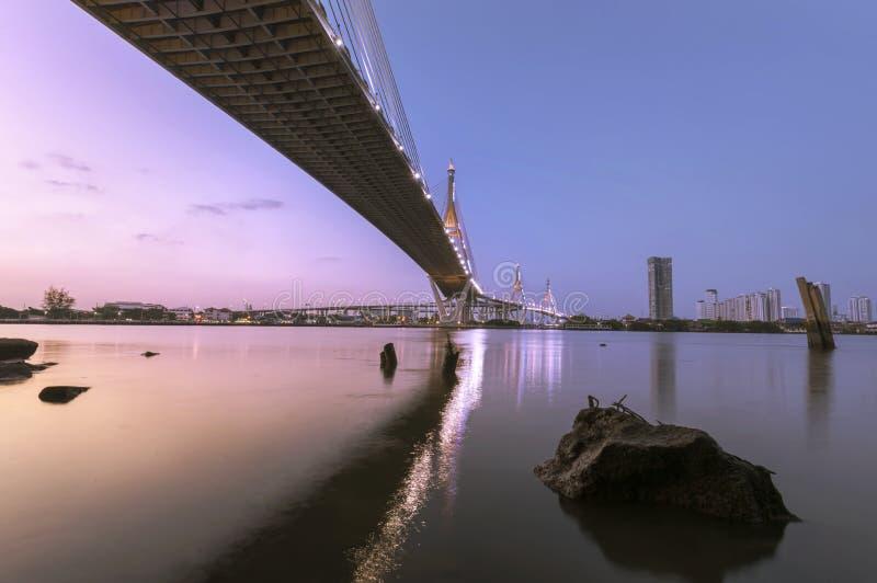 Ponte de Bhumibol da cor de tom dois em Banguecoque Tailândia, fotografia de stock royalty free