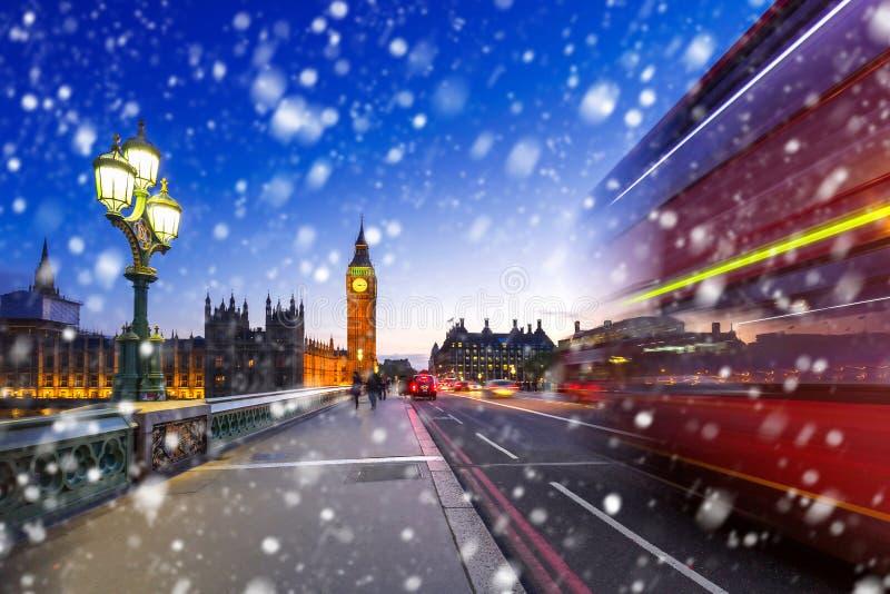 Ponte de Big Ben e de Westminster em uma noite fria do inverno imagem de stock royalty free